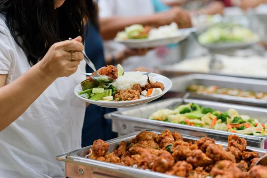 Được đi ăn buffet, con gái thích thú lấy đồ đầy đĩa nhưng lại bỏ dở, người mẹ đã có hành động khiến mọi người vỗ tay tán thưởng-2