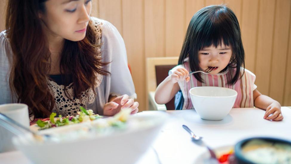 Được đi ăn buffet, con gái thích thú lấy đồ đầy đĩa nhưng lại bỏ dở, người mẹ đã có hành động khiến mọi người vỗ tay tán thưởng-1
