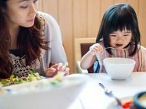 Được đi ăn buffet, con gái thích thú lấy đồ đầy đĩa nhưng lại bỏ dở, người mẹ đã có hành động khiến mọi người vỗ tay tán thưởng