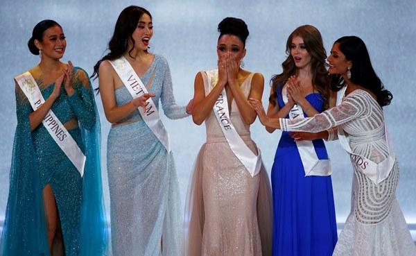 Khoảnh khắc tân Hoa hậu Thế giới chỉnh váy cho Lương Thùy Linh-2