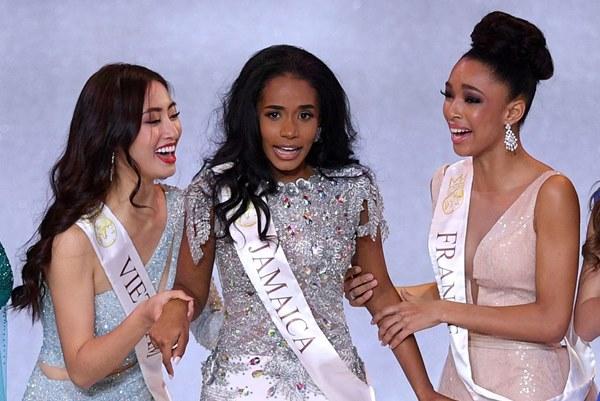 Khoảnh khắc tân Hoa hậu Thế giới chỉnh váy cho Lương Thùy Linh-4