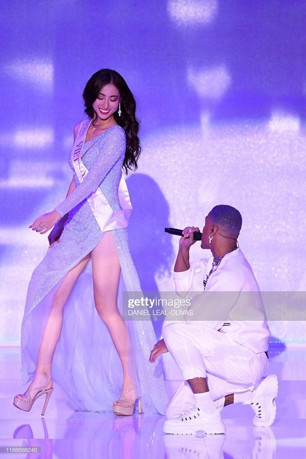 Khoảnh khắc tân Hoa hậu Thế giới chỉnh váy cho Lương Thùy Linh-5