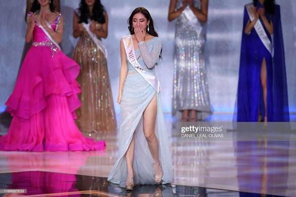 Khoảnh khắc tân Hoa hậu Thế giới chỉnh váy cho Lương Thùy Linh-8