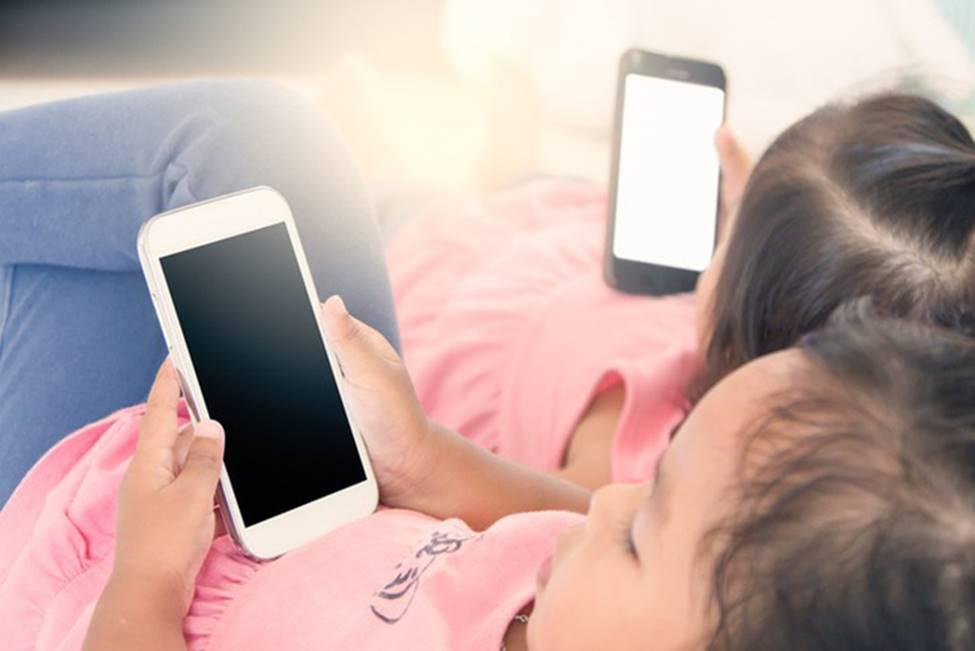 Dọa dẫm Mẹ sẽ tịch thu nếu lần sau con còn nghịch điện thoại thật vô ích, tốt hơn cha mẹ hãy áp dụng 4 phương pháp này-3