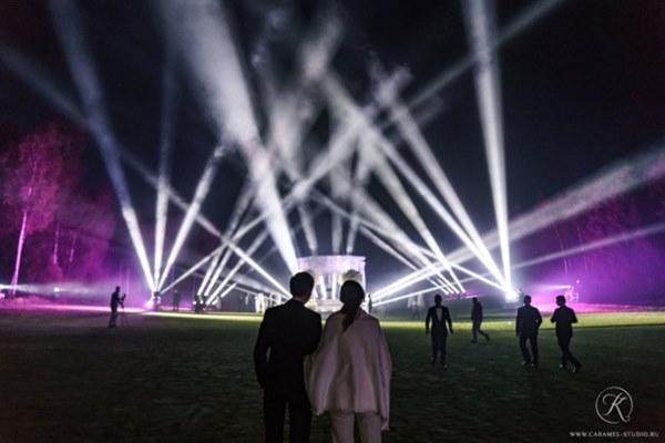 Đám cưới xa hoa trị giá 330.000 USD của hacker 'nguy hiểm' nhất thế giới: Chú rể bị truy lùng với giải thưởng 5 triệu USD, giấu mặt trong mọi khung hình lễ cưới!-4