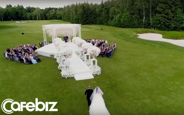 Đám cưới xa hoa trị giá 330.000 USD của hacker 'nguy hiểm' nhất thế giới: Chú rể bị truy lùng với giải thưởng 5 triệu USD, giấu mặt trong mọi khung hình lễ cưới!-5