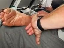 Hồn nhiên ngồi bóc những lớp da chân bẩn thỉu trên máy bay, người đàn ông bị dân mạng đề nghị phạt tù vì hành vi thiếu ý thức