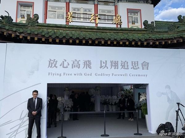 Ngày đưa tang Cao Dĩ Tường: Bạn gái cúi gằm mặt xuất hiện bên gia quyến, hàng trăm ngàn hạc giấy, hoa trắng phủ khắp nhà tang-1