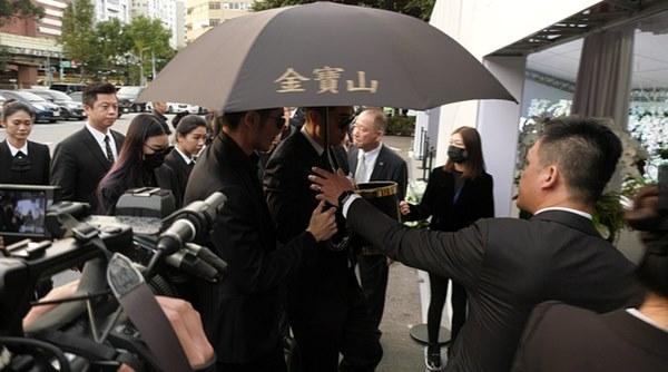 Ngày đưa tang Cao Dĩ Tường: Bạn gái cúi gằm mặt xuất hiện bên gia quyến, hàng trăm ngàn hạc giấy, hoa trắng phủ khắp nhà tang-3