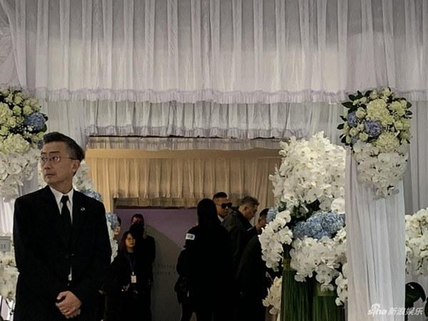 Ngày đưa tang Cao Dĩ Tường: Bạn gái cúi gằm mặt xuất hiện bên gia quyến, hàng trăm ngàn hạc giấy, hoa trắng phủ khắp nhà tang-7