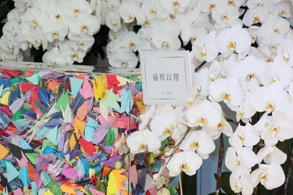 Ngày đưa tang Cao Dĩ Tường: Bạn gái cúi gằm mặt xuất hiện bên gia quyến, hàng trăm ngàn hạc giấy, hoa trắng phủ khắp nhà tang-12