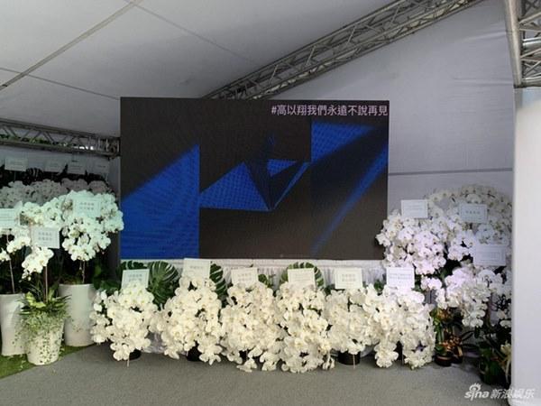 Ngày đưa tang Cao Dĩ Tường: Bạn gái cúi gằm mặt xuất hiện bên gia quyến, hàng trăm ngàn hạc giấy, hoa trắng phủ khắp nhà tang-14