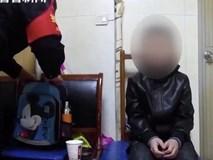 Cậu bé 10 tuổi bị phạt quỳ ăn xin ở ga tàu hỏa khiến nhiều người bất bình, khi hỏi lý do ai cũng đồng cảm với người bố vì