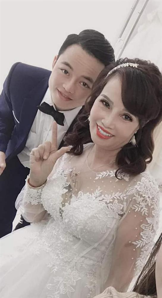 Sau khi tân trang nhan sắc, cô dâu 62 tuổi cùng chồng đi chụp lại ảnh cưới để... hâm nóng tình cảm-1