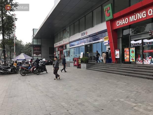 Người dân kể lại giây phút nam bảo vệ trung tâm thương mại cởi trần đấm liên tiếp vào một người phụ nữ giữa phố-1