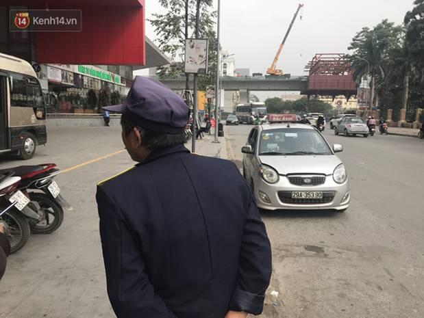 Người dân kể lại giây phút nam bảo vệ trung tâm thương mại cởi trần đấm liên tiếp vào một người phụ nữ giữa phố-2