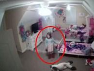 Mẹ lắp camera trong phòng ngủ, con gái hốt hoảng khi nghe thấy tiếng nói lạ