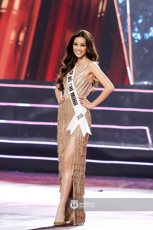 Clip: Hoa hậu Khánh Vân ngẫu hứng trổ tài catwalk trên hè phố, fan nức lời khen ngợi sải bước và thần thái quá đỉnh-3