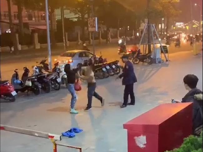 Nam bảo vệ hành hung người phụ nữ tại vỉa hè trung tâm thương mại: Lời kể của nạn nhân về vụ việc gây phẫn nộ cộng đồng-1