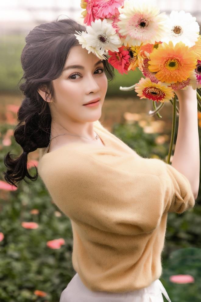 Lý Nhã Kỳ mặc giản dị vẫn xinh đẹp, khoe vườn hoa tràn ngập màu sắc tại Đà Lạt-2