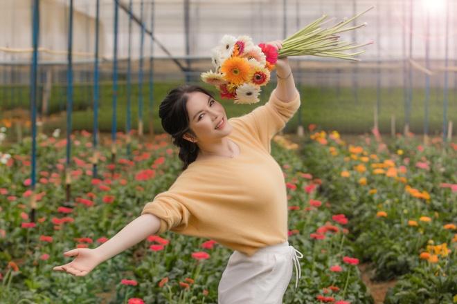 Lý Nhã Kỳ mặc giản dị vẫn xinh đẹp, khoe vườn hoa tràn ngập màu sắc tại Đà Lạt-4