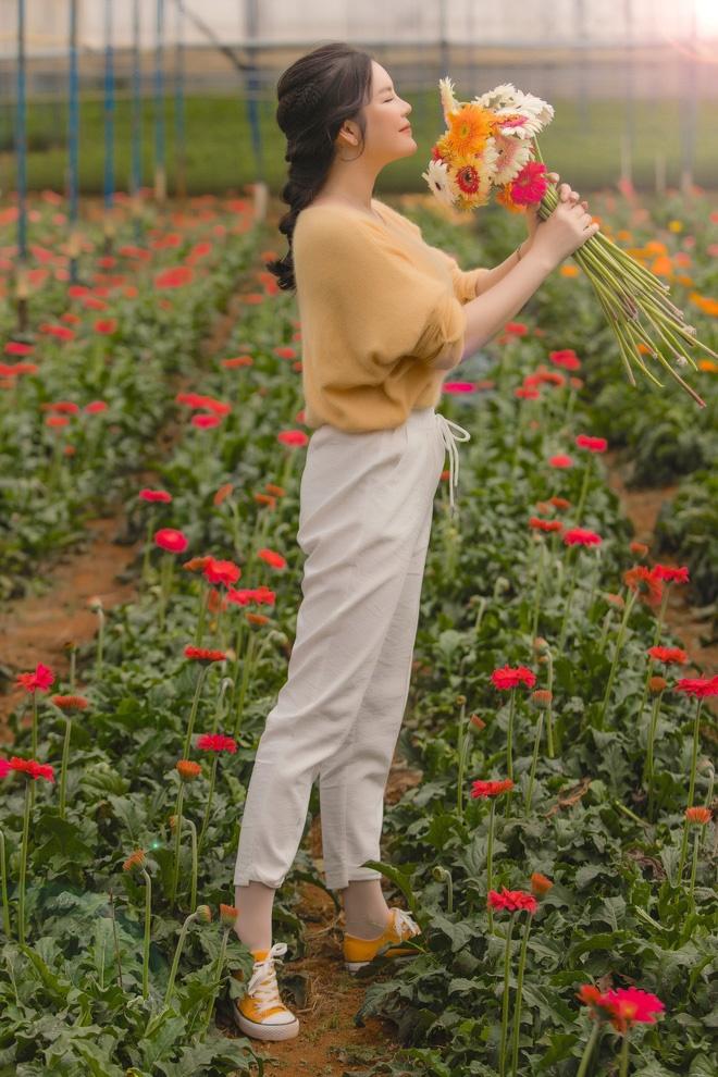 Lý Nhã Kỳ mặc giản dị vẫn xinh đẹp, khoe vườn hoa tràn ngập màu sắc tại Đà Lạt-5