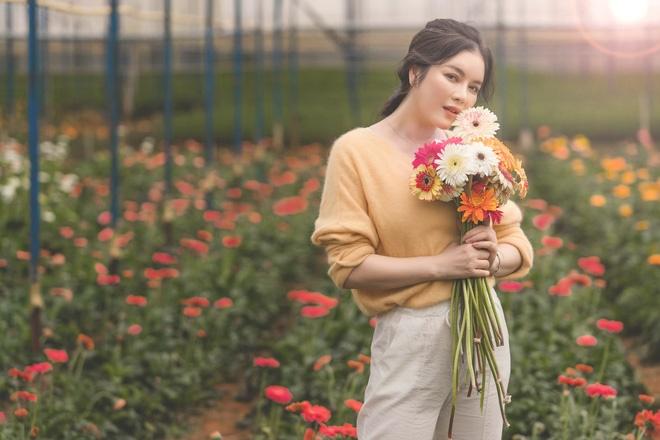 Lý Nhã Kỳ mặc giản dị vẫn xinh đẹp, khoe vườn hoa tràn ngập màu sắc tại Đà Lạt-6