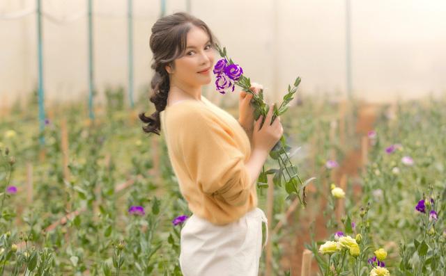 Lý Nhã Kỳ mặc giản dị vẫn xinh đẹp, khoe vườn hoa tràn ngập màu sắc tại Đà Lạt-1