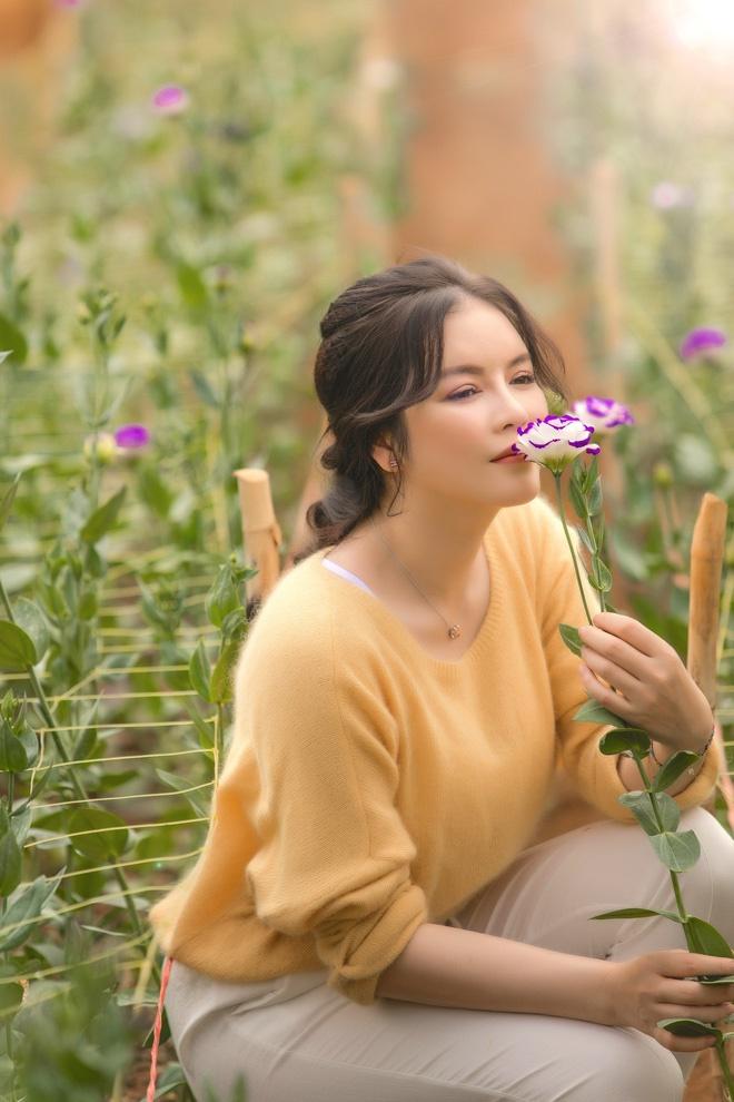 Lý Nhã Kỳ mặc giản dị vẫn xinh đẹp, khoe vườn hoa tràn ngập màu sắc tại Đà Lạt-11