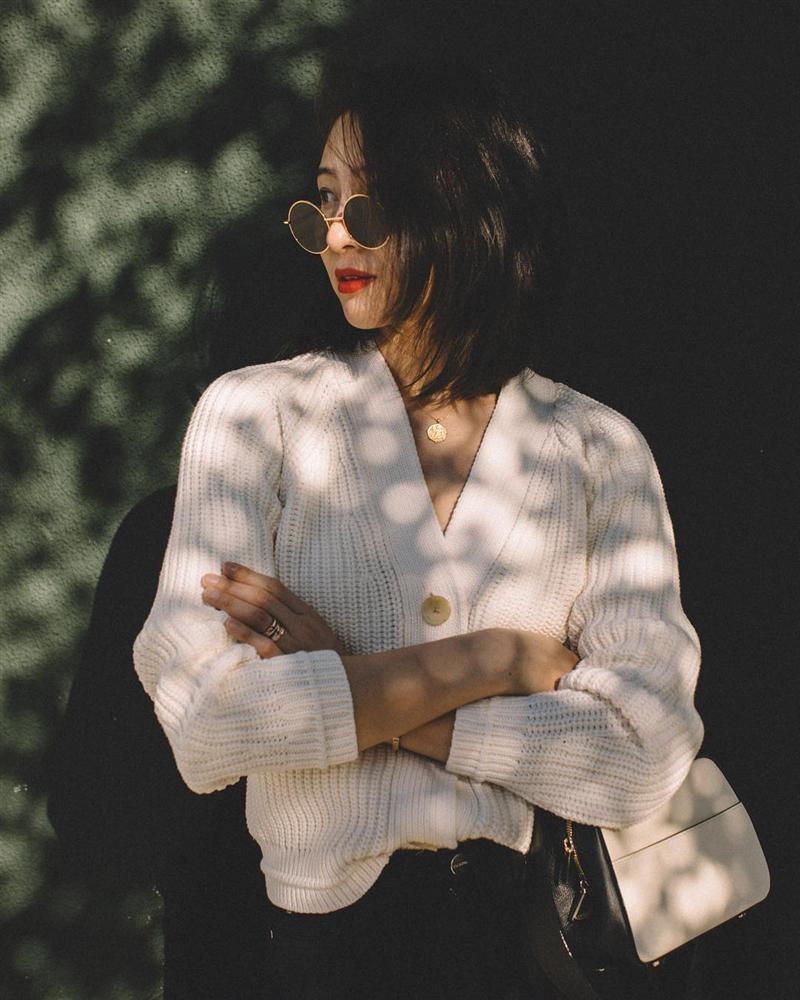 Diện áo len dáng rộng vẫn khoe được eo thon, hack dáng cực đỉnh chỉ bằng một thao tác đơn giản-1