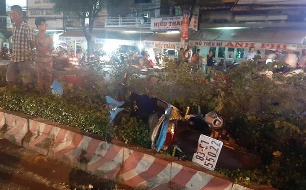 Thanh niên đi xe máy bị tai nạn văng qua đường, bất ngờ lại bị ô tô khác tông trúng-1