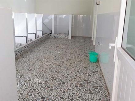 Nữ sinh bị dâm ô suốt 2 giờ trong nhà vệ sinh, nhà trường nhận lỗi