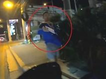Tài xế xe máy đuổi theo kẻ gian, lấy lại điện thoại cho cô gái