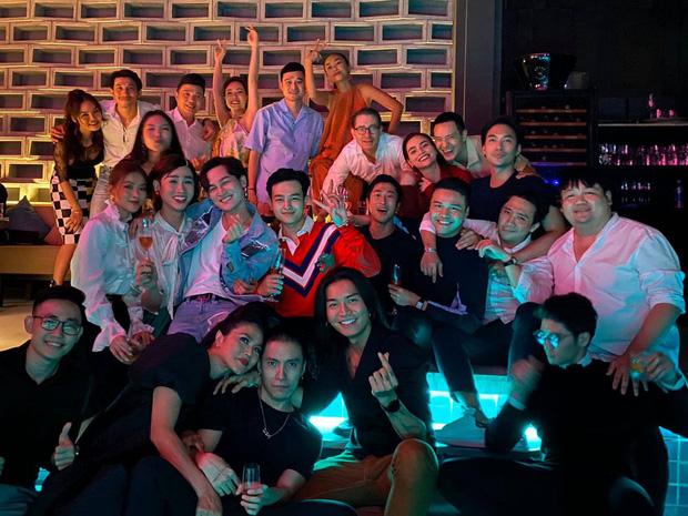 Bức ảnh gây bão: Quang Vinh, Trấn Thành và cả dàn sao hot hit Vbiz hội tụ, quẩy hết cỡ mừng Lý Quí Khánh tuổi mới-1