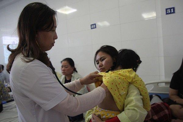 Trẻ ồ ạt nhập viện, thuốc điều trị cúm tăng từ 45.000 đến 180.000 đồng/viên vẫn không có để bán-1
