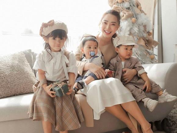 Hải Băng hạnh phúc bên ba con trong bộ ảnh đón Noel-1