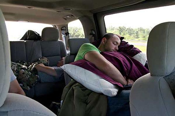 Những cảnh báo nguy hiểm khi ngủ trong xe ô tô cần tránh-1