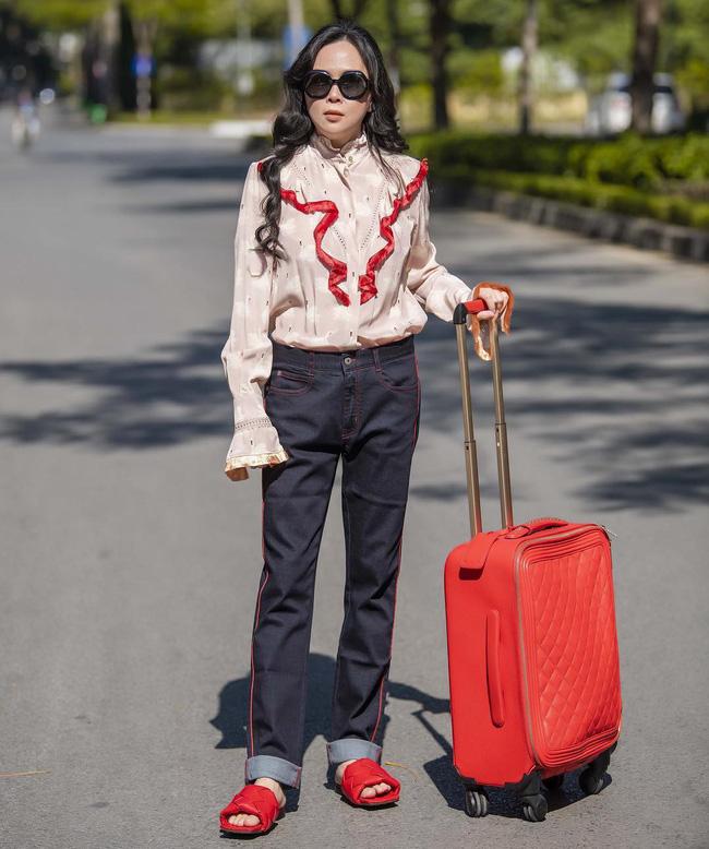 Với style của Phượng Chanel, chắc chắn sẽ rất ưng ý mẫu giày mì tôm vừa được ra mắt đã hot – hòn – họt này-1