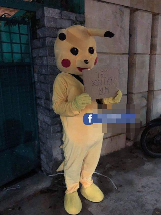 Chồng mặc bộ đồ Pikachu, cầm biển xin vào nhà nhưng vẫn bị vợ đóng chặt cửa, dân mạng nhanh chóng chỉ ra thiếu sót-1