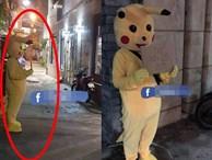 Chồng mặc bộ đồ Pikachu, cầm biển xin vào nhà nhưng vẫn bị vợ đóng chặt cửa, dân mạng nhanh chóng chỉ ra thiếu sót