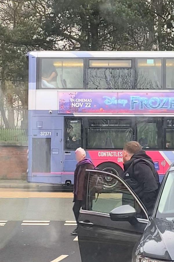 Cặp đôi thản nhiên mây mưa ngay trên xe buýt, đáng chỉ trích hơn là phương tiện đi ngang nhiều trường học, nguy cơ ảnh hưởng đến những đứa trẻ-1