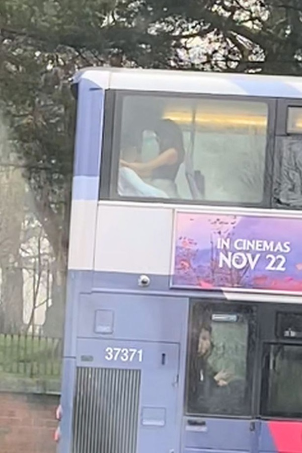 Cặp đôi thản nhiên mây mưa ngay trên xe buýt, đáng chỉ trích hơn là phương tiện đi ngang nhiều trường học, nguy cơ ảnh hưởng đến những đứa trẻ-2