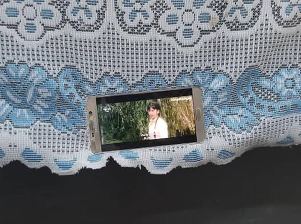 Ai bảo bàn đầu không thể lén dùng điện thoại, học sinh thản nhiên xem phim vì nơi nguy hiểm nhất là nơi an toàn nhất-2