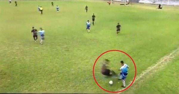 Rợn người với pha tắc bóng bằng cả 2 chân kinh hoàng, làm bùng lên cuộc ẩu đả dữ dội giữa 2 đội bóng tại Argentina-1