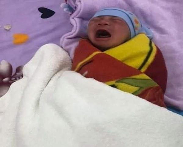 Bé sơ sinh bị bỏ rơi trước cổng nhà nghỉ kèm lời nhắn của mẹ-1