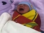 Bé trai sơ sinh nằm bơ vơ trên ga trải giường bệnh viện vì mẹ vừa đẻ xong đã biến mất-3