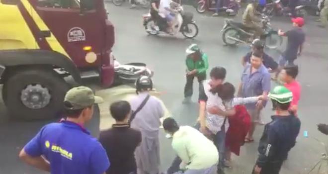 Mẹ gào khóc thảm thiết bên cạnh thi thể con gái bị tai nạn giao thông tử vong-3