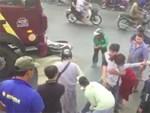 Clip: Ô tô mất lái lao sang đường, húc văng 2 người đi xe máy lộn nhào trên không trung rồi rơi xuống đất-2