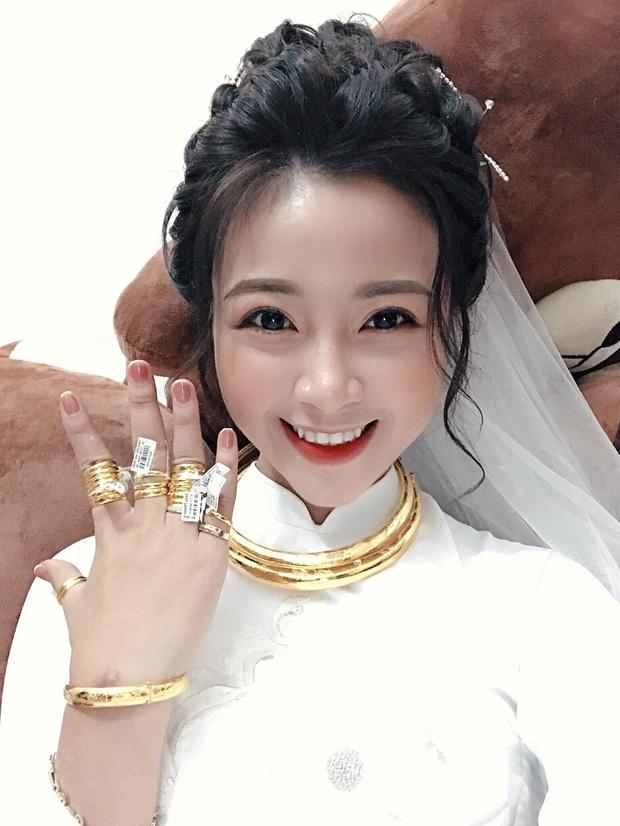 Vợ Phan Văn Đức khoe vòng vàng, nhẫn vàng đầy tay sau lễ ăn hỏi-1