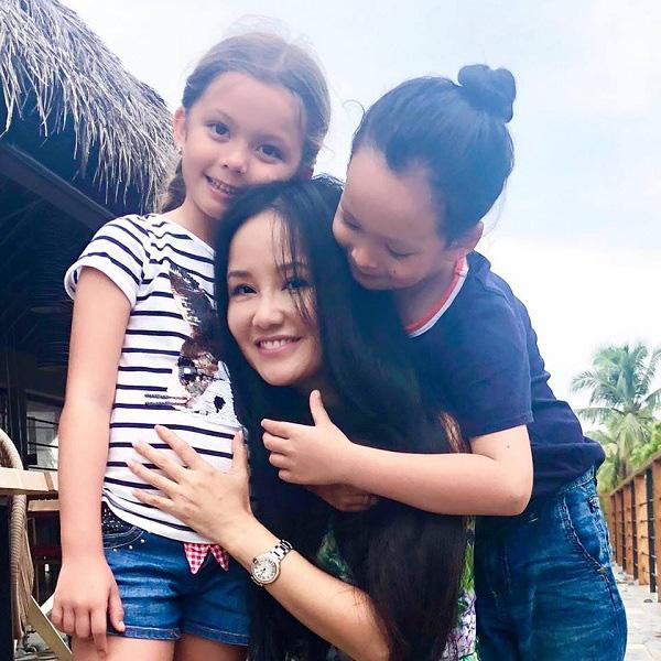 """Nhà giàu nhưng 2 con của Hồng Nhung không biết iPad là gì còn nhầm tưởng rất ngộ nghĩnh, nguyên nhân từ cách dạy không giống ai"""" của nữ Diva-1"""